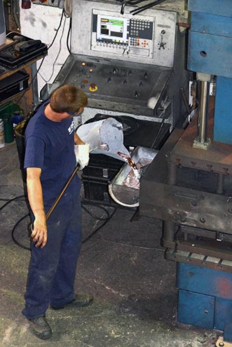 Eingießen von Aluminium in den Gießtopf der Kokillenkippgießmaschine